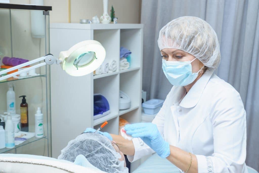 Comment se déroule un traitement avec des injections d'acide hyaluronique ?