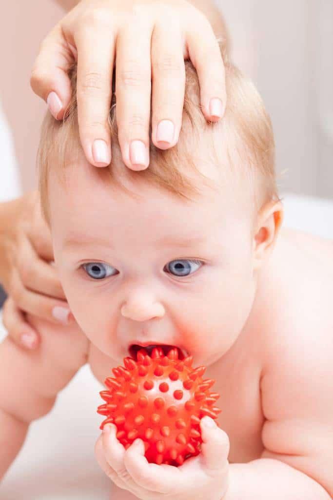 palpation de la tête du nourrisson plagiocéphalie
