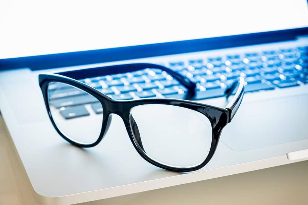 Quand porter des lunettes anti lumière bleue ?