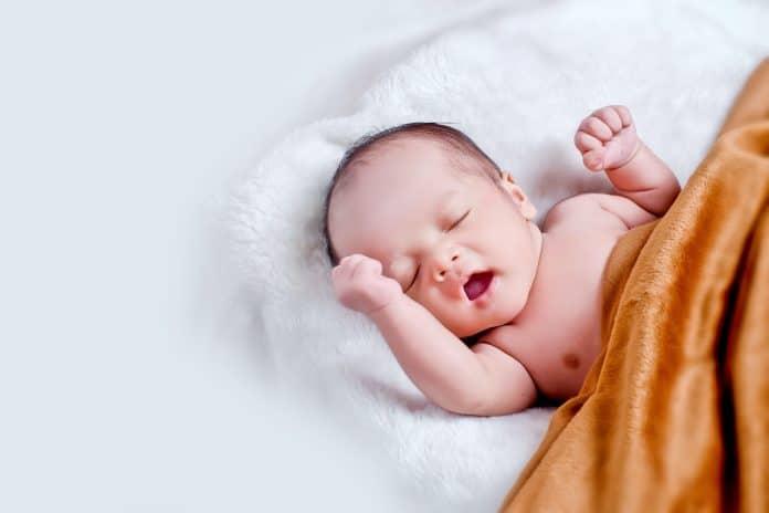 4 façons de couvrir le bébé pendant le sommeil